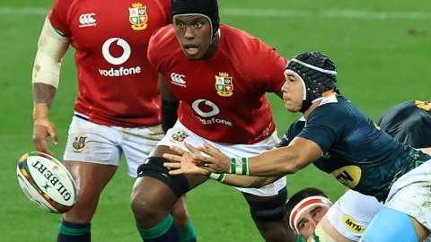Maro Itoje defending a ruck