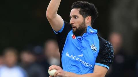 Wayne Parnell bowls for Worcestershire