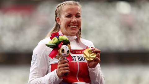 Hannah Cockroft celebrates with her gold medal