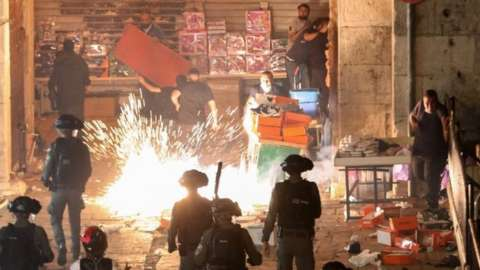 Palestinians and Israeli police clash in Jerusalem. Photo: 8 May 2021