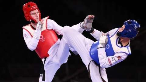 Bradly Sinden in action against Ulugbek Rashitov