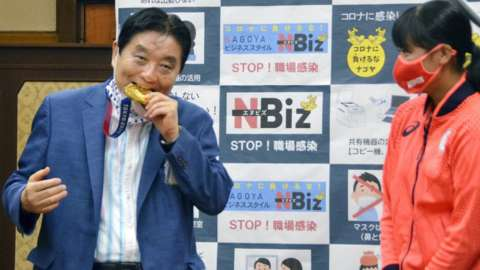 Mayor Takashi Kawamura chomps on Miu Goto's gold