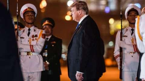 Trump arrives in Vietnam