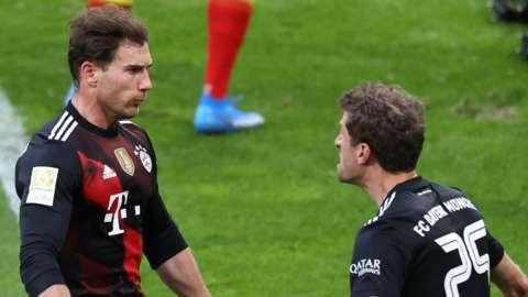 Leon Goretzka celebrates with Thomas Muller