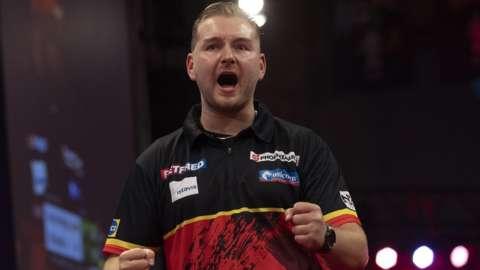 Defending champion Dimitri Van den Bergh