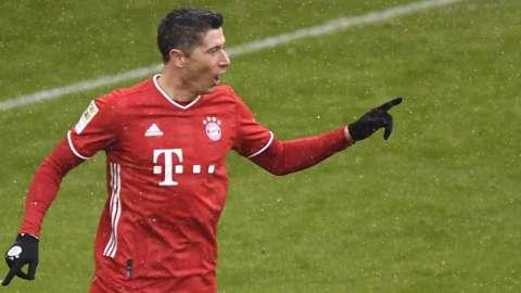 Robert Lewandowski scores against SC Freiburg