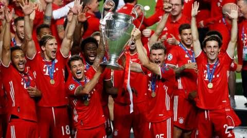 Bayern Munich lift trophy