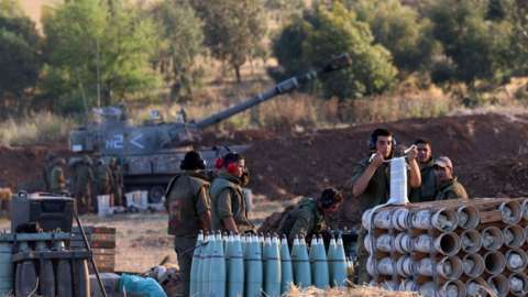 Image shows Israeli troops at the border with Gaza