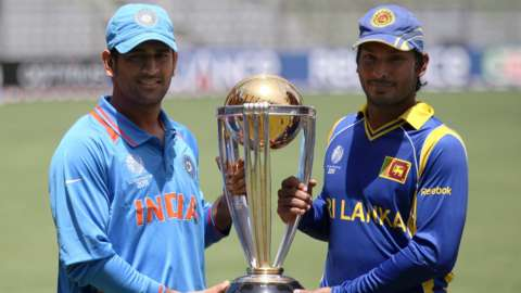 MS Dhoni and Kumar Sangakkara with the World Cup trophy