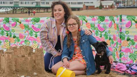 Tracy Beaker (Dani Harmer), her daughter Jess (Emma Davies), and their dog Alfie