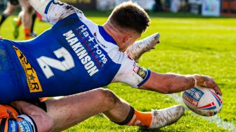 Tommy Makinson scores a try