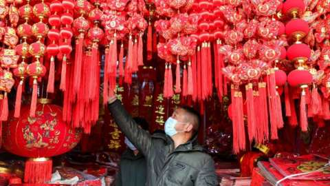A citizen selects items for the Spring Festival in Huai 'an, east China's Jiangsu Province, Jan 12, 2021