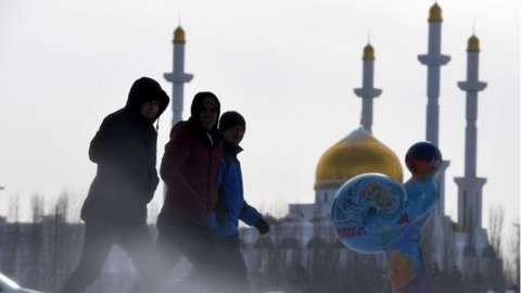 People walk along street in Astana (22/01/17)
