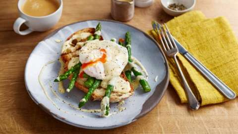 Poached eggs with asparagus and hollandaise sauce