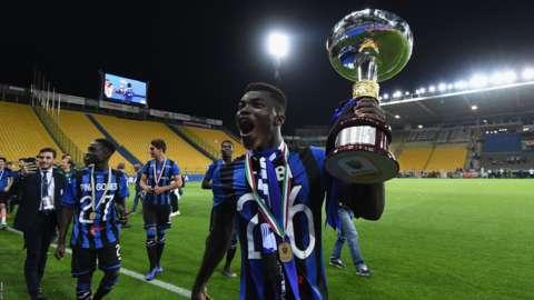 Willy Braciano Ta Bi celebrating with the Italian Primavera trophy with Atalanta