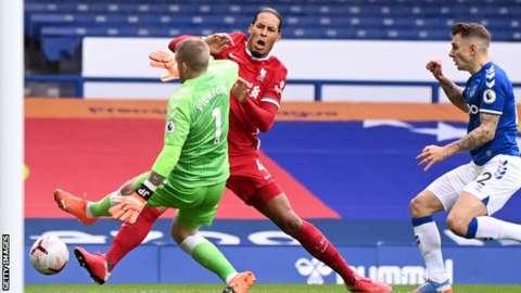 Everton goalkeeper Jordan Pickford takes out Virgil Van Dijk