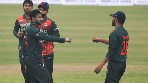 Shakib Al Hasan celebrates with Bangladesh team-mates