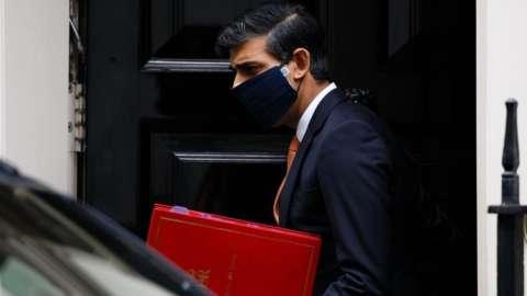 Rishi Sunak wearing a face mask