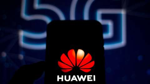 5G text behind Huawei smartphone