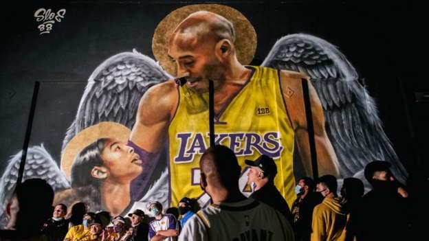 NBA şampiyonu LA Lakers, şampiyonluğun ardından Kobe Bryant'a saygılarını sundu