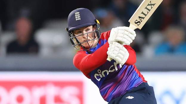 England v New Zealand: Tammy Beaumont crashes 97 as hosts win first Twenty20