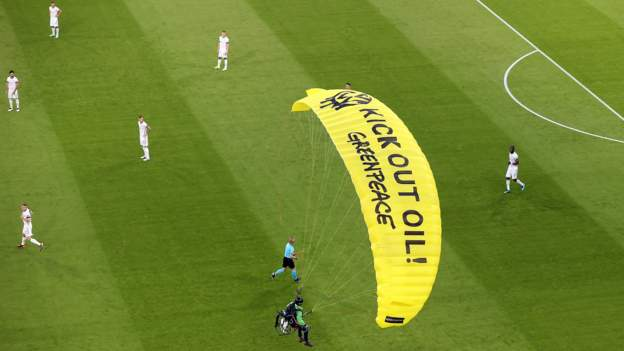 Euro 2020 – France 1-0 Germany: Parachute in hospital after several protests