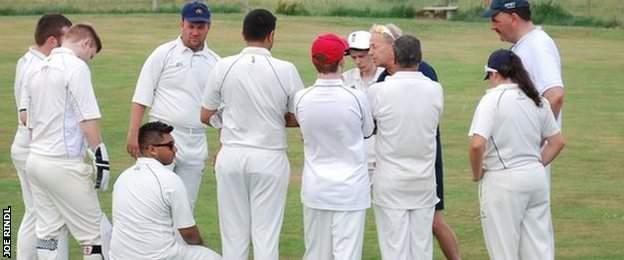 Coach Martin Collis talks to the Warwickshire team