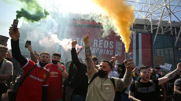 European Super League: Manchester United fans protest against Glazer family  - BBC Sport