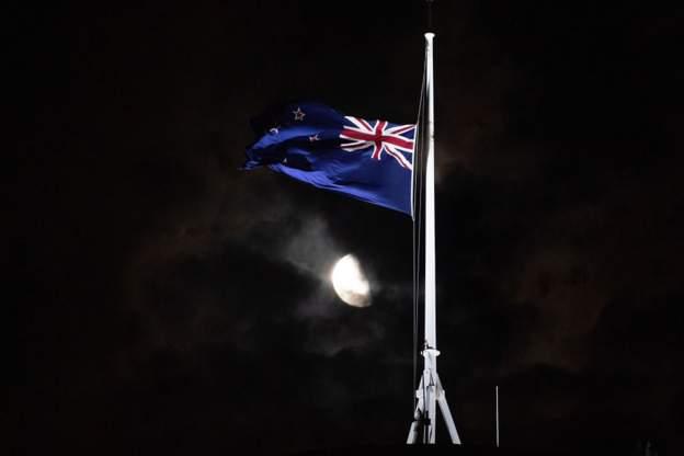 نيوزيلندا تنكس العلم فوق مبنى البرلمان وفي سفاراتها حول العالم