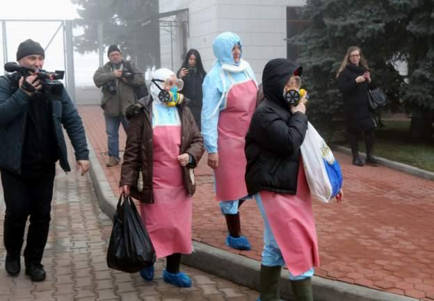Люди в масках і спецкостюмах: у мережі з'явилося відео із салону літака з евакуйованими з Китаю українцями - Цензор.НЕТ 2579