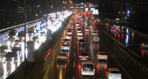 İstanbul ve İzmir başta olmak üzere birçok şehirde sağanak yağış etkili oldu