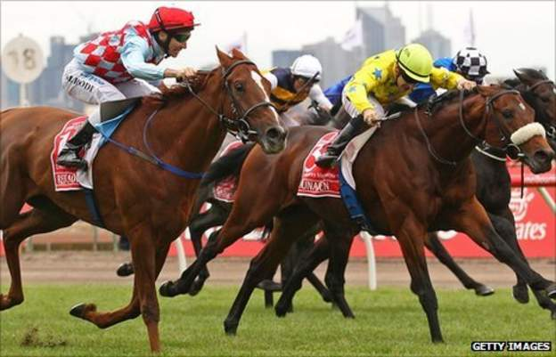 Dunaden just edges out the Michael Rodd-ridden Red Cadeaux (left) at the line