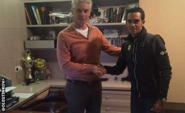 Saxo-Tinkoff owner Oleg Tinkoff agrees the deal with Alberto Contador