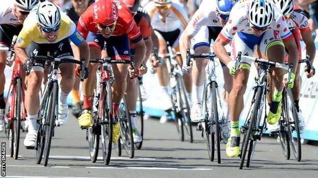 Mark Cavendish (left) edges out Peter Sagan (right)