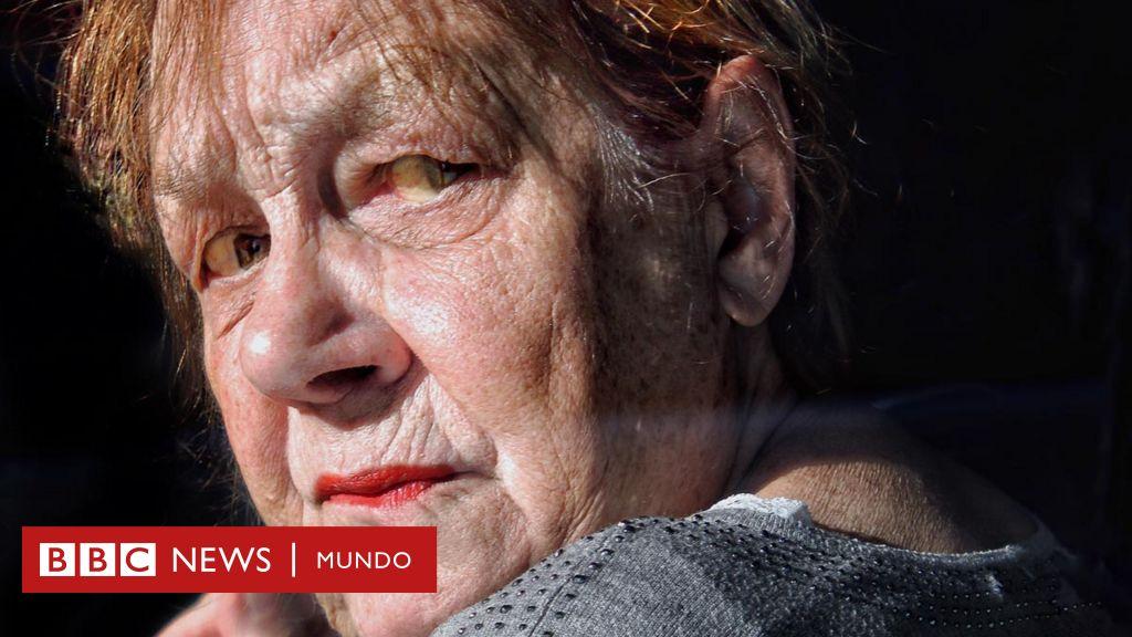 """La periodista que se volvió fotógrafa para retratar la demencia de su padre (y la """"esencia"""" de los chilenos)"""