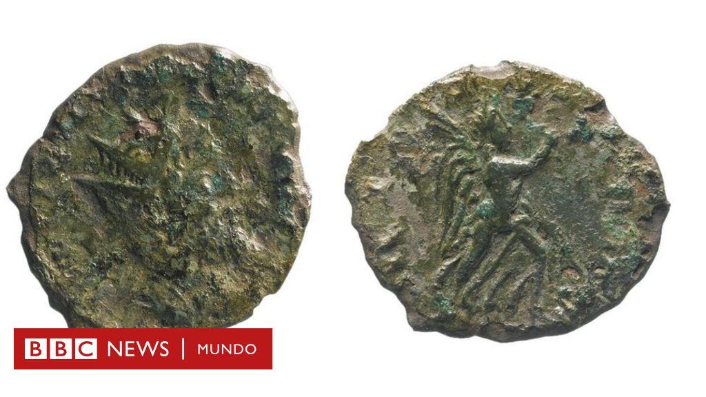 """La """"increíblemente extraña"""" moneda romana que encontraron mientras reparaban una carretera en Reino Unido"""