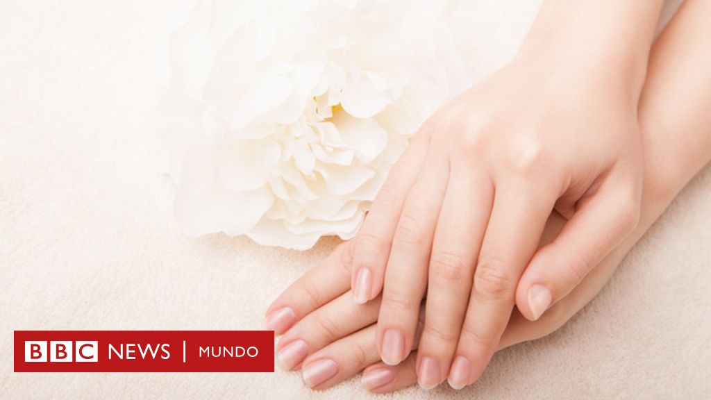 Unas de las manos con manchas blancas