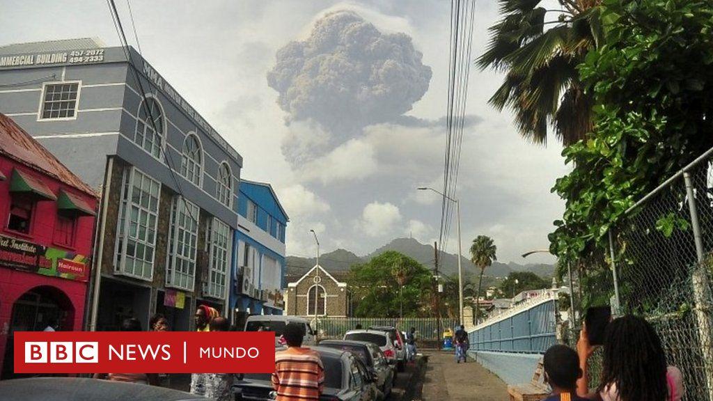 """""""Tenemos más ceniza que agua"""": el primer ministro de San Vicente relata a BBC Mundo la desesperación en la isla caribeña por la erupción volcánica"""