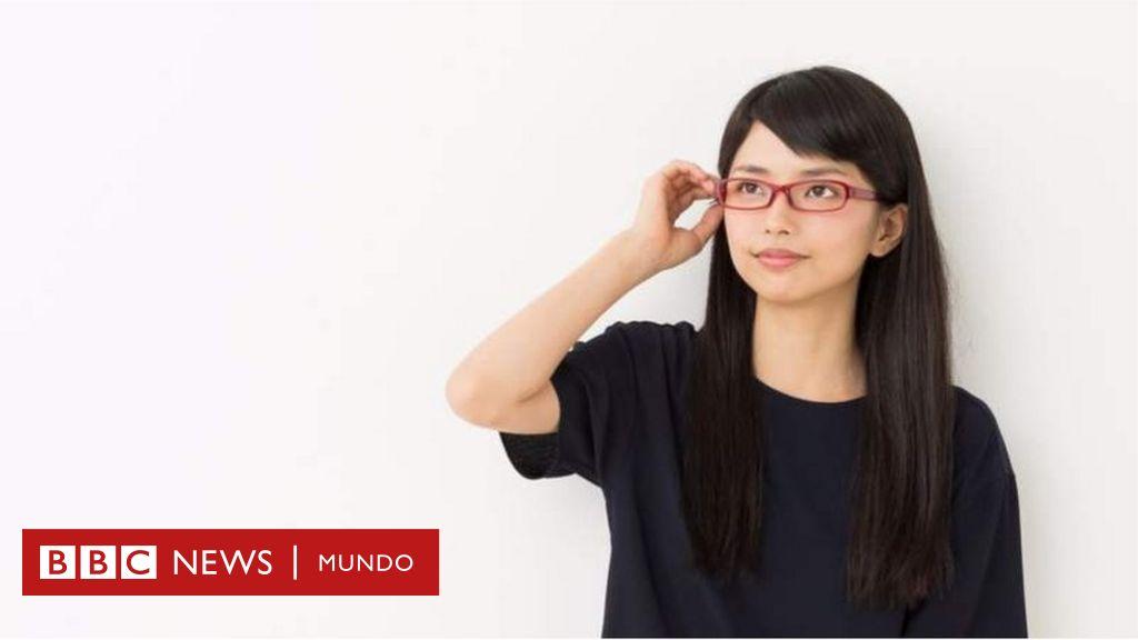 La polémica en Japón por la prohibición a las mujeres de usar anteojos en el trabajo