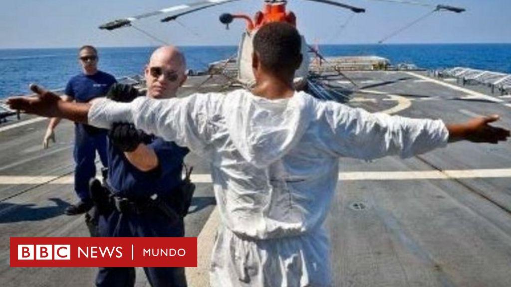 """""""Prisiones flotantes"""": los barcos de EE.UU. en los que cientos de latinoamericanos permanecen detenidos en altamar por traficar drogas"""