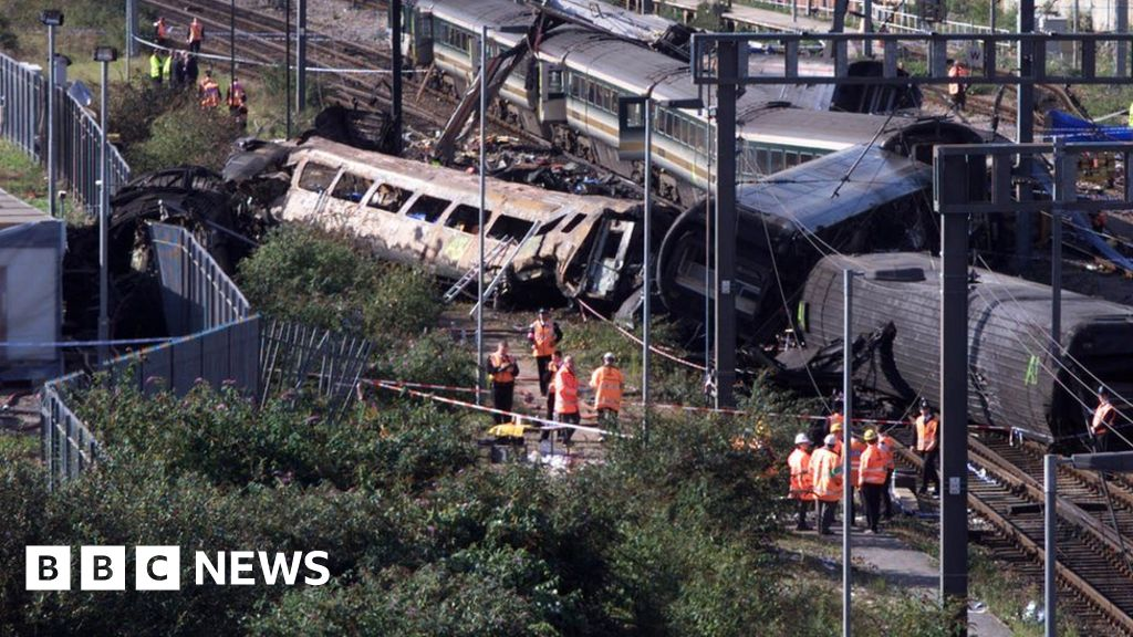 Investigators inspect the wreck of the two mainline trains which collided 05 October 1999 at the peak rush hour near London's Paddington station