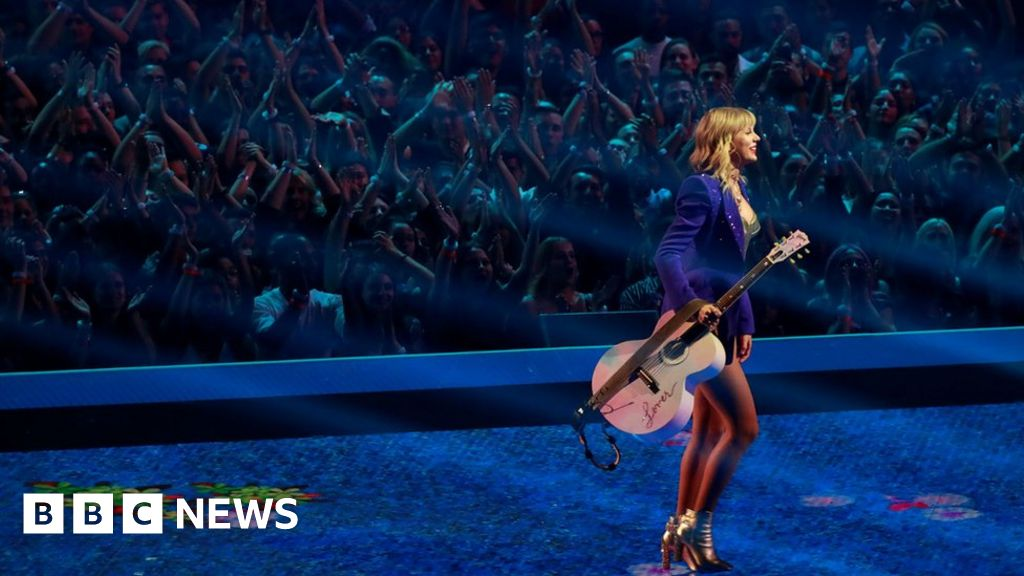 Taylor Swift 'barred from singing hits at AMAs'