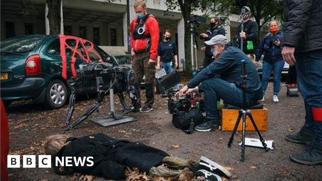 War of the Worlds: Cameras roll as actors wear face masks