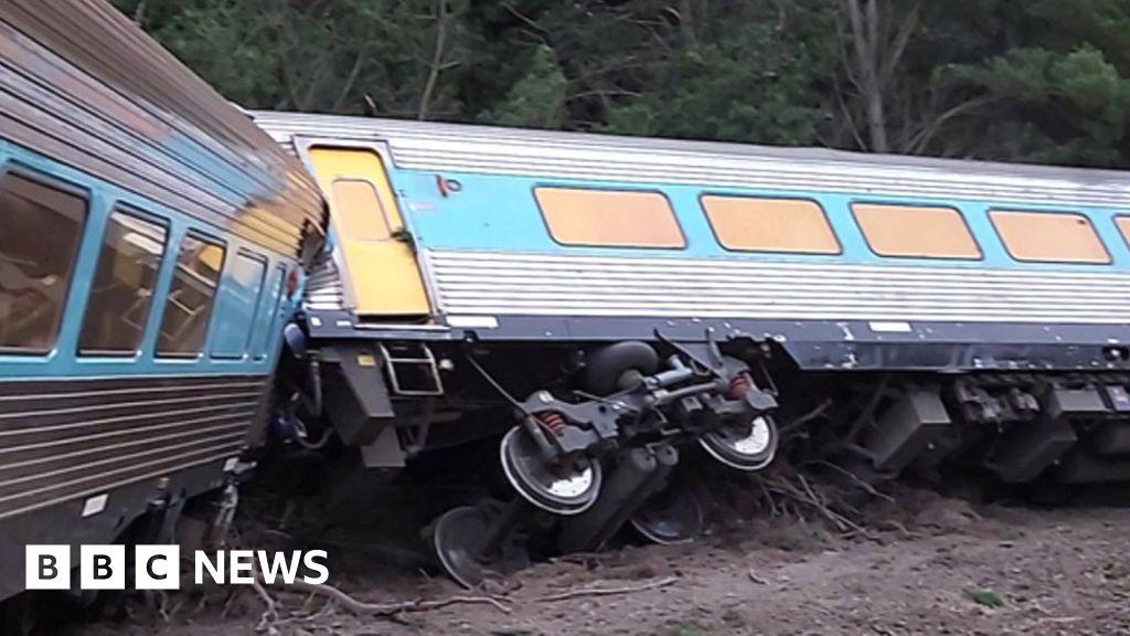 Drivers die in Sydney-Melbourne train derailment