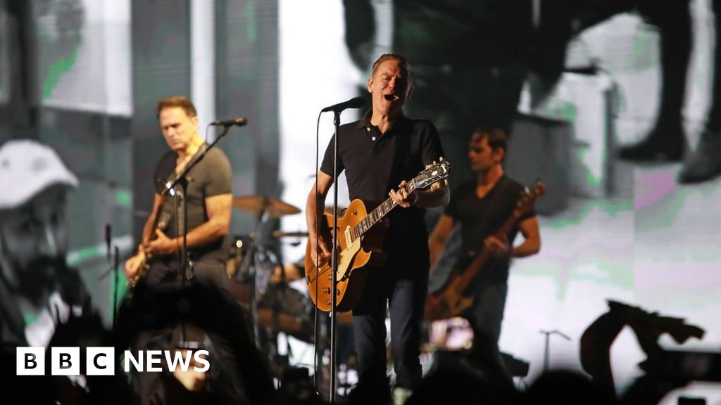 Bryan Adams photographs Delhi gig pollution