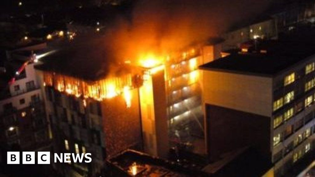 Students evacuated from huge blaze at flats - BBC News