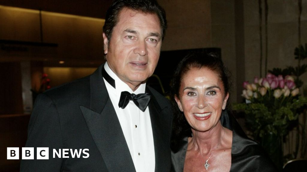 Covid: Engelbert Humperdinck calls on fans to pay respects to wife