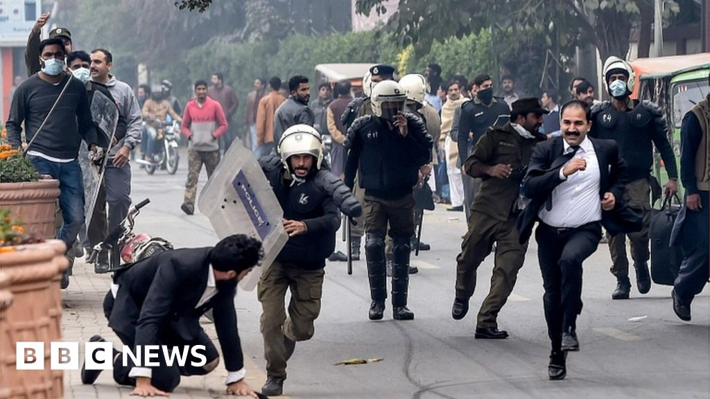 Pakistan protest: Patients die as lawyers ransack Lahore hospital