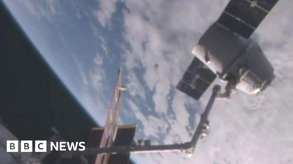 SpaceX Dragon capsule returns to Earth - BBC News
