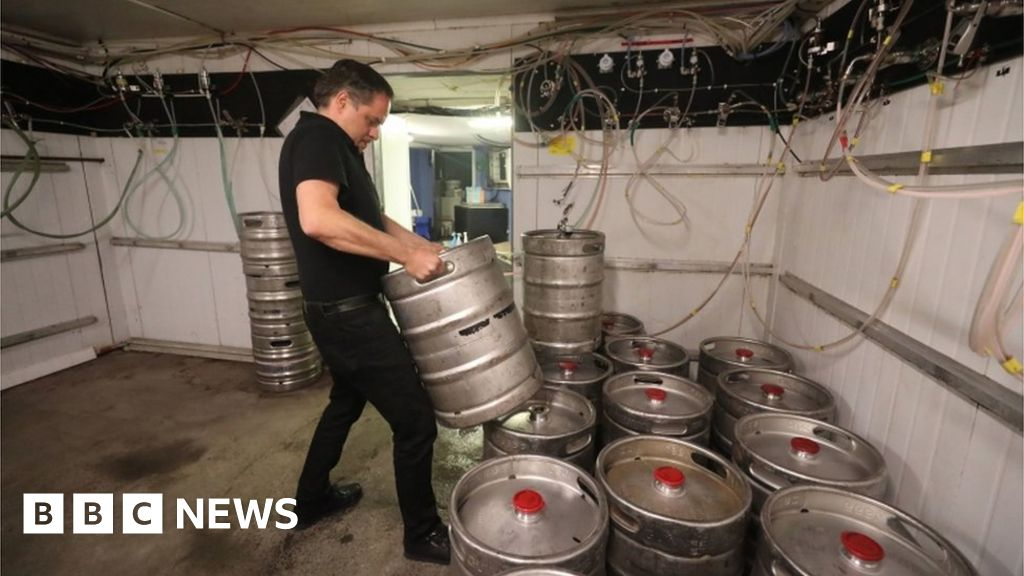 Covid: Pubs, eating places and barbers reopen in Republic of Ireland thumbnail